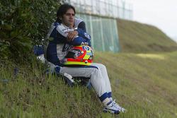 Antonio Pizzonia observa la carrera después de su retiro