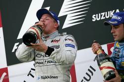 Podio: champagne para el ganador de la carrera Kimi Raikkonen y el tercer lugar Fernando Alonso