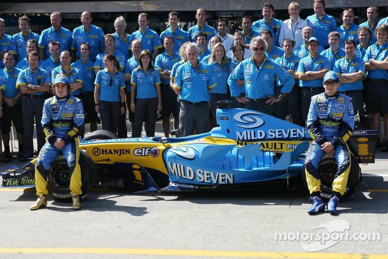 Sesión de fotos de Renault F1: Fernando Alonso y Giancarlo Fisichella posan con los miembros del equipo Renault F1