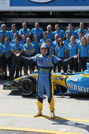 Renault F1 fotoğraf çekimi: Fernando Alonso ve Renault F1 takım elemanları