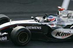 Il vincitore della gara Kimi Raikkonen, festeggia