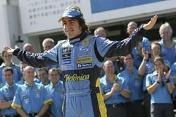 Фернандо Алонсо вместе с сотрудниками команды Renault F1 team