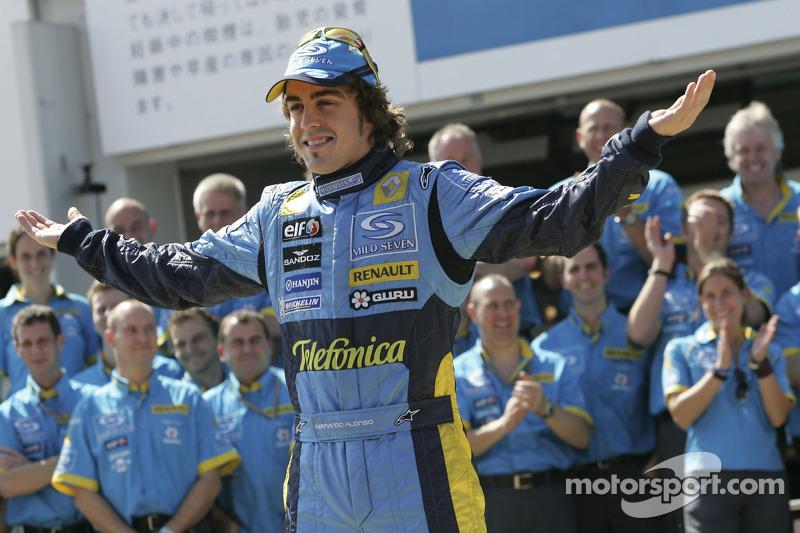 Sesión de fotos de Renault F1: Fernando Alonso posa con los miembros del equipo Renault F1