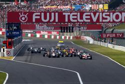Ральф Шумахер возглавил пелотон на старте