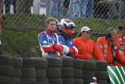 Scott Speed, Jan Charouz bekijken de schade aan hun wagens