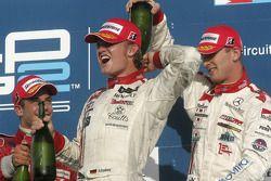Podio: champagne para Nico Rosberg, Ernesto Viso y Alex Premat