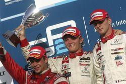 Podio: ganador de la carrera Nico Rosberg con Ernesto Viso y Alex Premat
