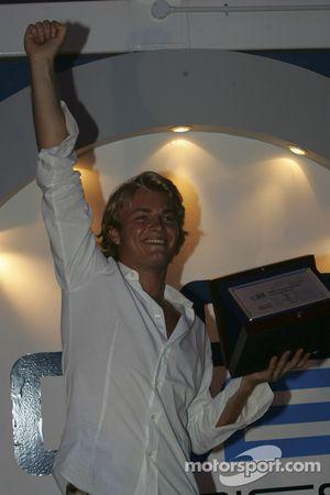 Nico Rosberg acepta su premio por ganar el título de la serie GP2