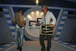 Nico Rosberg y Giorgio Pantano tocan la batería