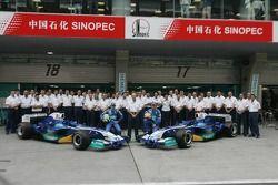 Sauber: Felipe Massa y Jacques Villeneuve con integrantes del equipo.
