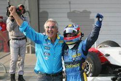 Fernando Alonso festeggia con Flavio Briatore