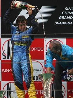 Podio: champagne para Fernando Alonso y Flavio Briatore