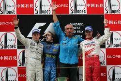 Podium: Sieger Fernando Alonso mit Kimi Räikkönen, Ralf Schumacher und Flavio Briatore