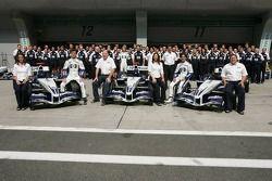 Williams-BMW photoshoot: Mark Webber and Antonio Pizzonia pose with Williams team members