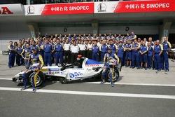 Sesión de fotos de BAR Honda: Jenson Button y Takuma Sato y Anthony Davidson posan con los miembros del equipo BAR Honda