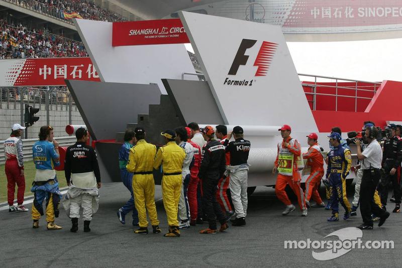 Los pilotos antes de subir al autobús para el desfile de pilotos