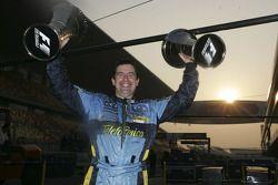 Механик команды Renault F1 Грег Бейкер празднует победу в чемпионате