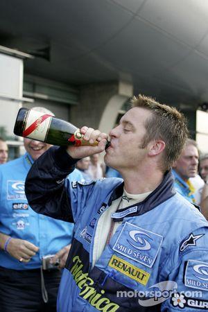 Un membre de l'écurie Renault F1 fête le titre mondial