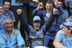 Флавио Бриаторе и Фернандо Алонсо празднуют вместе с членами команды Renault F1