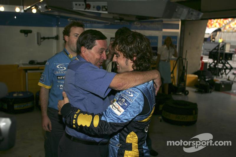 Fernando Alonso celebra con Patrick Faure