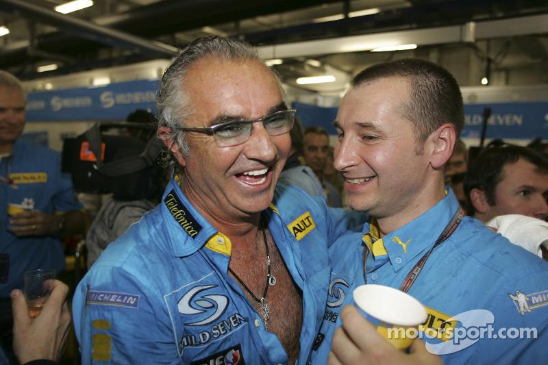 Flavio Briatore y Bob Bell celebran