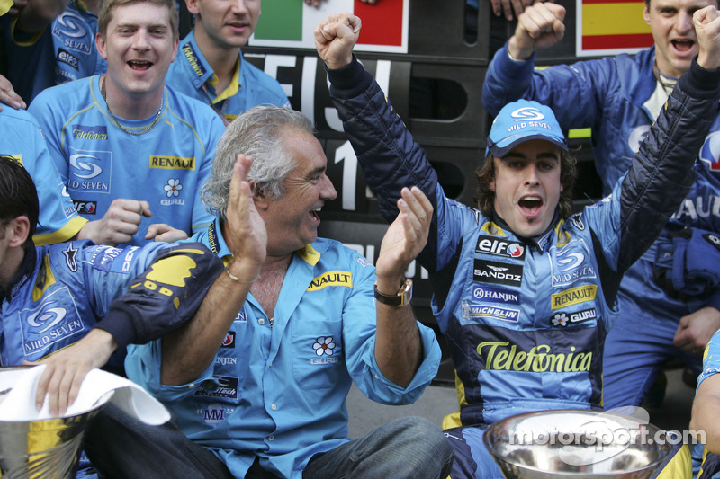 Flavio Briatore y Fernando Alonso celebran con los miembros del equipo Renault F1