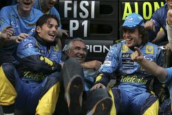 Giancarlo Fisichella, Flavio Briatore et Fernando Alonso fêtent le titre mondial