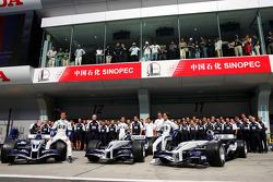 Sesión de fotos de Williams-BMW: Mark Webber, Antonio Pizzonia y Nico Rosberg posan con los miembros