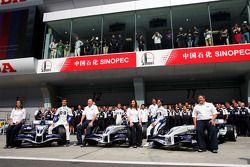 Марк Уэббер, Антонио Пиццония и Нико Росберг позируют с сотрудниками команды Williams-BMW