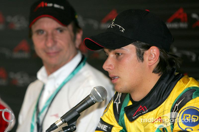 Nelsinho dando entrevista ao lado de Emerson Fittipaldi