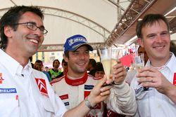 Le vainqueur du rallye Sébastien Loeb fête sa victoire