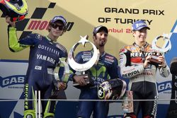 Podium: racewinnaar Marco Melandri met Valentino Rossi en Nicky Hayden