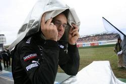 Член команды прячется от дождя