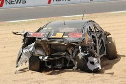 #91 MARC Cars,澳大利亚马自达3 V8: Keith Kassulke, Jake Camalleri, Ivo Breukers in huge crash