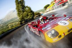 Daniel Ricciardo fährt einen Alfa Romeo 33 T3 auf der alten Strecke der Targa Florio