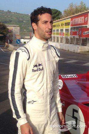 丹尼尔·里卡多驾驶一辆阿尔法·罗密欧33 T3驶在旧Targa Florio赛道