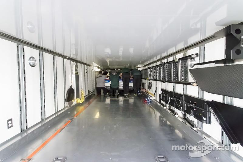 Das Auto von Ricky Stenhouse jr., Roush-Fenway Racing, wird in den Truck nach Daytona geladen