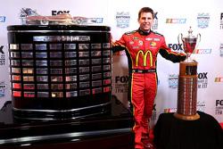 Jamie McMurray, Ganassi Racing Chevrolet con los Rolex 24 y Daytona 500 trofeos