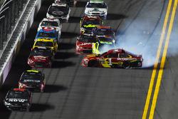 Jamie McMurray, Ganassi Racing Chevrolet and Paul Menard, Richard Childress Racing Chevrolet crash