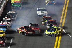 Kurt Busch, Stewart-Haas Chevrolet Corsa, Jamie McMurray, Ganassi Racing Chevrolet e Paul Menard, Richard Childress Racing Chevrolet incidente