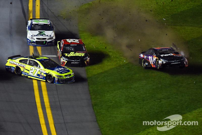 Paul Menard, Richard Childress Racing Chevrolet and Denny Hamlin, Joe Gibbs Racing Toyota crash