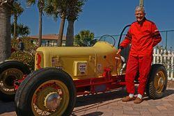 Edward Johnson, 82, posa ao lado de seu carro de 1934