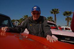 90 anos Russ Truelove mostrando o lado do seu 1956 Mercury Monterrey.