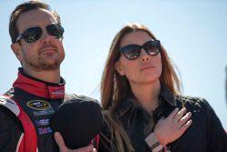 Kurt Busch, Stewart-Haas Racing Chevrolet, com a namorada