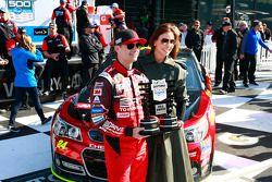 Pole Jeff Gordon, Hendrick Motorsports Chevrolet com esposa Ingrid Vandebosch