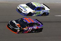 Denny Hamlin, Joe Gibbs Racing, Toyota, und Casey Mears, Germain Racing, Chevrolet