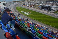 Do alto da camada superior, os fãs podem ver a ação de todos no pit ao redor da pista