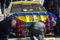 Joey Logano, da equipe Penske Ford, na inspeção