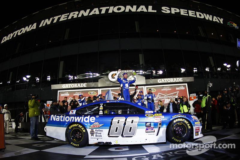 Vencedor Dale Earnhardt Jr., Hendrick Motorsports Chevrolet celebra