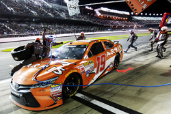 Carl Edwards, Joe Gibbs Racing Toyota se desliza a través de su pit